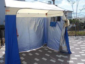 身障者用は大きなテントの中に
